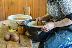 Ceramistfrau bei der Arbeit Stockfotos