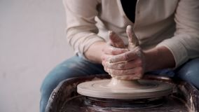 Ceramistperson som rymmer lera i händer och in gör lergods stock video