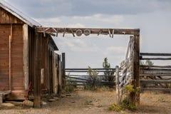 Cerca abandonada na cena ocidental foto de stock