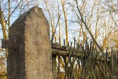 Cerca abandonada vieja de ramas imagen de archivo