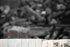 Cerca acanalada del metal en el fondo del edificio desmontado fotografía de archivo libre de regalías