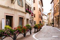 Cerca adornada con los floreros en el Borgo Valsugana, un pueblo en las montañas italianas Imagen de archivo libre de regalías