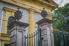 Cerca adornada hermosa de la iglesia con los pilares de piedra con los tarros en ellos fotografía de archivo libre de regalías