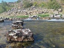 Cerca al río imagen de archivo libre de regalías