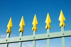 Cerca amarela e verde de encontro ao céu azul Imagens de Stock Royalty Free