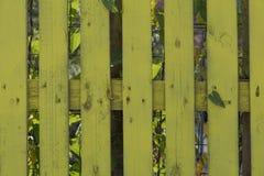 Cerca amarela na casa imagens de stock