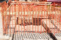 Cerca anaranjada de la red de seguridad del emplazamiento de la obra como barrera sobre el foso en la excavación de la calle imagen de archivo
