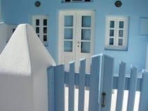 Cerca azul e casa azul Fotografia de Stock Royalty Free