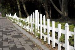 Cerca blanca del jardín en último otoño Foto de archivo libre de regalías