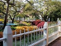 Cerca blanca Garden con la fuente Foto de archivo libre de regalías