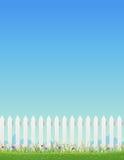 Cerca blanca y cielo azul Foto de archivo libre de regalías