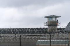 Cerca Boundary Federal Prison de Tower Barbed Wire del guardia fotografía de archivo libre de regalías