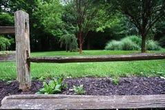 Cerca caída Drywood rústica, salsicha tipo frankfurter, Indiana, EUA imagens de stock royalty free