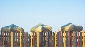 Cerca colorida na praia com guarda-chuvas retros Estilo da cor de tom do vintage Imagem de Stock