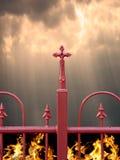Cerca com cruz, céu e inferno fotografia de stock