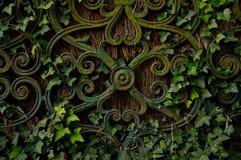 Cerca com tecido nas folhas Fotografia de Stock Royalty Free