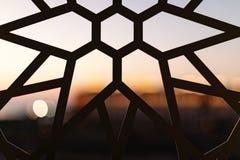 Cerca com um teste padrão floral e estrelas no por do sol Testes padrões e fundos turcos imagens de stock