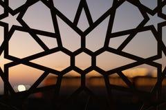 Cerca com um teste padrão floral e estrelas no por do sol Testes padrões e fundos turcos imagem de stock royalty free