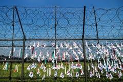 Cerca con alambre de púas y banderas surcoreanas en la zona desmilitarizada DMZ en el puente de la libertad, Corea del Sur, Asia Fotografía de archivo libre de regalías