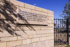 Cerca con una inscripción en un cementerio militar y conmemorativo imagen de archivo libre de regalías