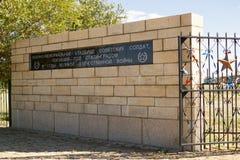 Cerca con una inscripción en un cementerio militar y conmemorativo, R fotos de archivo libres de regalías
