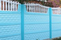 Cerca concreta azul bonita imagens de stock