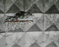 Cerca concreta de Gray Reinforced com elementos e furo quadrados Foto de Stock Royalty Free