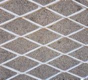 Cerca contra la perspectiva de un muro de cemento Imagenes de archivo