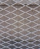 Cerca contra la perspectiva de un muro de cemento Fotografía de archivo libre de regalías