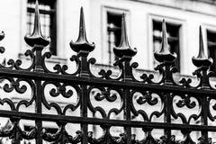 Cerca cravada do ferro por BW de construção branco fotos de stock