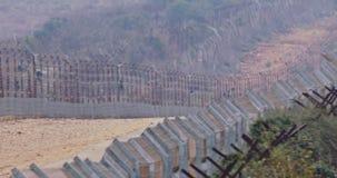 Cerca da beira entre Israel e Líbano arame farpado e cerca eletrônica