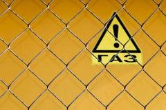 Cerca da grade com um sinal de aviso - 'gás no russo fotos de stock