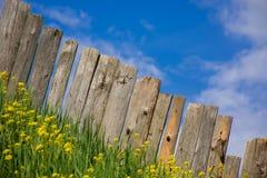 A cerca da paliçada é uma vila Fotos de Stock Royalty Free