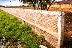 Cerca da parede de tijolo. imagem de stock