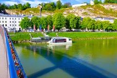 A cerca da ponte coberta com os fechamentos em Salzburg foto de stock