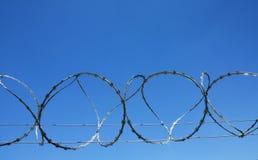 Cerca da prisão do fio da farpa Imagens de Stock Royalty Free