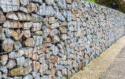 Cerca da rocha de Gabion do fio Gaiola do metal enchida com as rochas Fotos de Stock Royalty Free