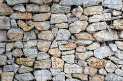 Cerca da rocha de Gabion do fio Gaiola do metal enchida com as rochas Imagem de Stock Royalty Free