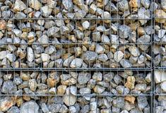 Cerca da rocha de Gabion do fio Gaiola do metal enchida com as rochas Fotografia de Stock