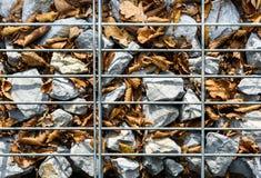 Cerca da rocha de Gabion do fio Gaiola do metal enchida com as rochas Imagens de Stock