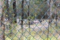 Cerca de alambre de cadena que rodea un cementerio fotografía de archivo libre de regalías