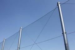 Cerca de alambre de metal con el cielo azul imagen de archivo libre de regalías