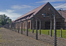 Cerca de alambre y cuartel en Auschwitz-Birkenau Ca Fotos de archivo libres de regalías