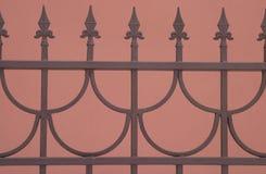 Cerca de bronce sostenida decorativa aislada en marrón Fotos de archivo