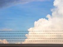 Cerca de fio de Barb e céu azul Foto de Stock Royalty Free