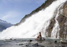 Cerca de la cascada Foto de archivo libre de regalías