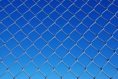 Cerca de la conexión de cadena contra un cielo del gradiente imágenes de archivo libres de regalías