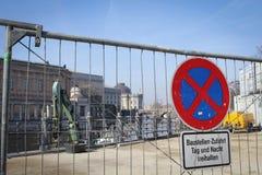 Cerca de la construcción, muestra de las obras viales en calle del ` s de Berlín Fotos de archivo