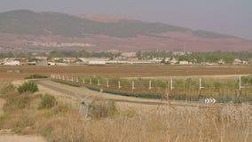 Cerca de la frontera entre Israel y Cisjordania cerca electrónica del alambre de púas almacen de metraje de vídeo