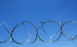 Cerca de la prisión del alambre de la lengüeta Imágenes de archivo libres de regalías